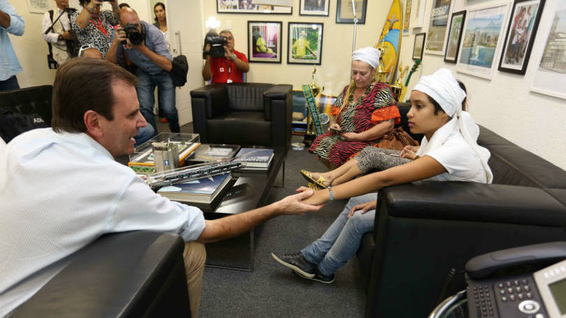 Beth Santos/ Prefeitura do Rio de Janeiro Eduardo Paes pede desculpas a criança vítima de intolerância religiosa no Rio