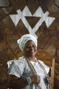 Mãe Valnizia faz uma homenagem a Egbomi Cutu de Ogum. Foto: Raul Spinassé / Ag. A TARDE: 2.12. 14
