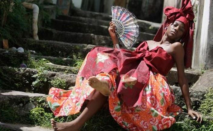 Desfile apresenta moda de terreiros em bordado richelieu