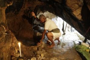 O ogã Arivaldo Vivas toma conta da gruta que conserva o culto a Omolu e Obaluaê. Foto: Marco Aurélio Martins | Ag. A TARDE