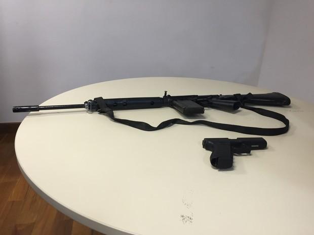 Fuzil e pistola que seriam de Playboy e comparsas foram apreendidos (Foto: Henrique Coelho/G1)