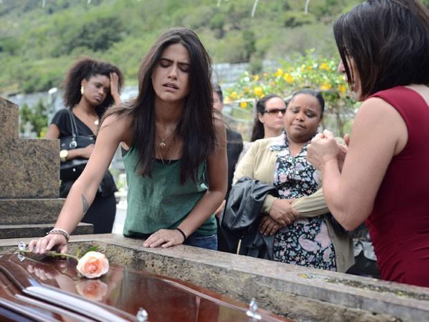 Antonia Morais (com a mão sobre o caixão) e Gloria Pires (à direita) em cena da comédia 'Linda de morrer' (Foto: Paprica Fotografia/Divulgação)