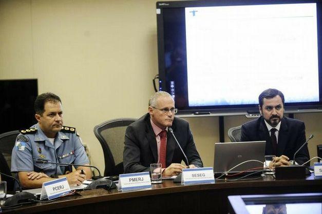José Mariano Beltrame (ao centro) em reunião da Comissão Estadual de Segurança Pública para os Jogos Olímpicos Rio 2016