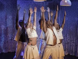 Atores/bailarinos do espetáculo em cena (Foto: Divulgação/Ascom Ore Companhia Artística)