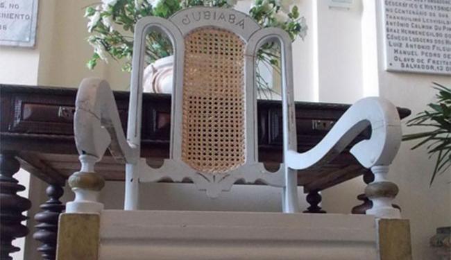 Reprodução | IGHB A polícia retirou o trono da casa do babalorixá no Alto da Cruz do Cosme como um troféu