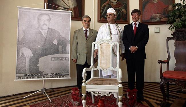 Raul Spinassé l Ag. A TARDE Membros do Instituto Geográfico e Histórico devolvem cadeira a bisneto de Jubiabá