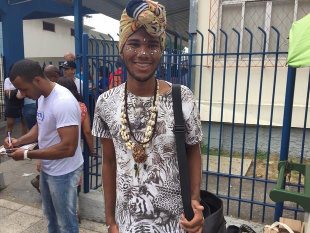 Luiz Felipe usa roupas com inspiração africana para dar sorte na prova (Foto: Victoria Varejão/ G1)