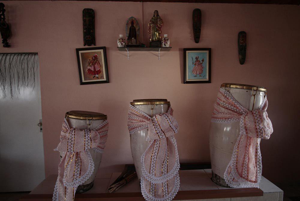 Espaço ganhou nova mobília e elementos da religião, como o atabaque Foto: Guga Matos/JC Imagem
