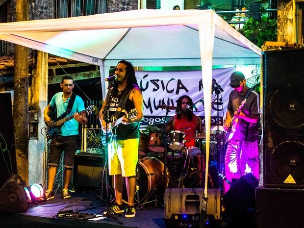 Tacun Lecy & Os Soldados de Ògún se apresentam no projeto Música na Comunidade (Foto: Kelly Fernanda/Divulgação)