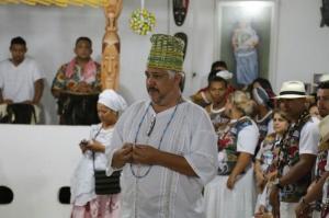 Pai de Santo, Edson Fernandes inicia a reza no terreiro