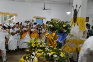Religiosos durante cerimônia antes de sair da casa de oração