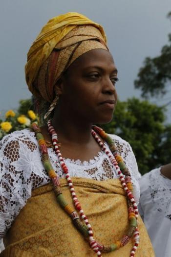 As cores amarelas representam a divindade feminina Osun