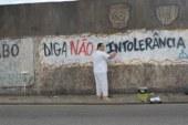 Candomblecistas apagam frases de intolerância religiosa em muros no Rio