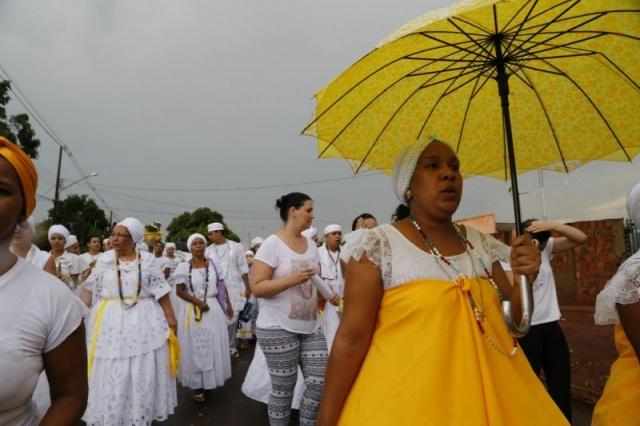 A chuva até caiu, como sinal da benção de Osun, e mesmo assim os religiosos continuaram com o percurso (Foto: Gerson Walber)