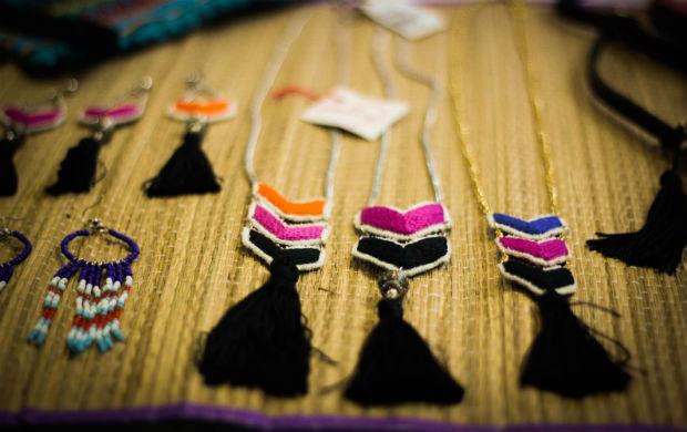 La Abuela utiliza bordado à mão para criar acessórios exclusivos (Foto: Divulgação)