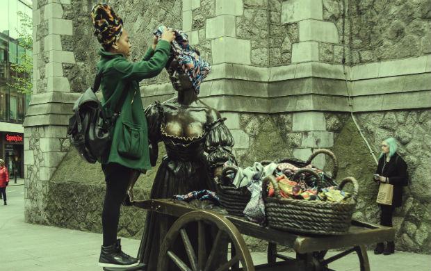 Thaís Muniz é responsável pelo projeto itinerante Tráfico de Influência, que ressignifica estátuas e monumentos públicos ao redor do mundo com turbantes (Foto: Divulgação)