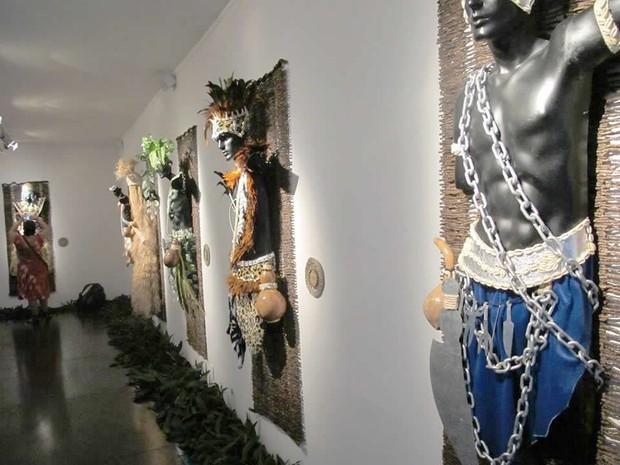 Exposição retrata vestimentas dos orixás mais conhecidos nas religiões de matrizes africanas (Foto: Divulgação