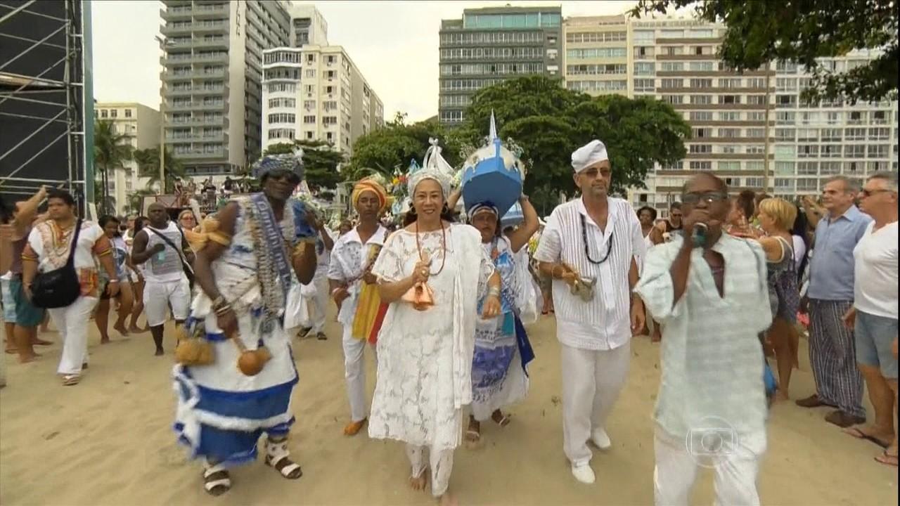 Multidão lota praia de Copacabana para renovar pedidos a Iemanjá