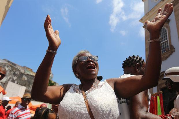 A aposentada Maria Rodrigues, que dedica sua fé a vários santos, não perde uma festa popular: 'Curto tudo'(Foto: Marina Silva/ CORREIO)