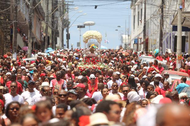 Milhares de pessoas tomam as ruas do Centro Histórico de Salvador para homenagear a Rainha dos Raios(Foto: Marina Silva/ CORREIO)