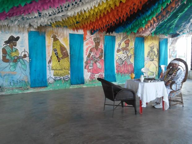 Imagens de orixás decoram as paredes do local (Foto: Lucas Leite/G1)