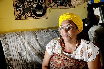 Mãe Omin conta que ainda é comum as pessoas reclamarem do som do terreiro e atirarem pedras no local