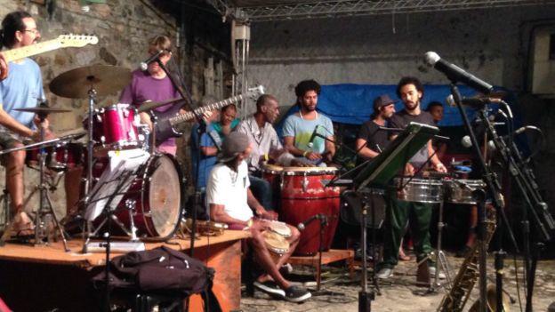 Image copyrightMalika ShahImage caption'Depois de ouvir o Olodum ensaiando nas ruas do Pelourinho, decidi aprender a tocar como eles: me matriculei num curso de percussão afro-brasileira', diz estudante