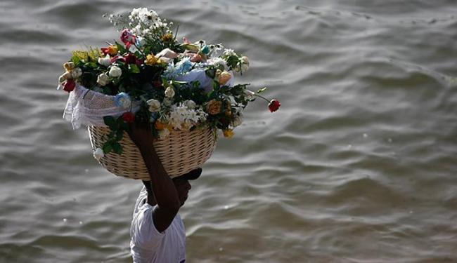 Raul Spinassé l Ag. A TARDE l 02.02.2015 Flores são um exemplo de presente ecologicamente correto para Iemanjá