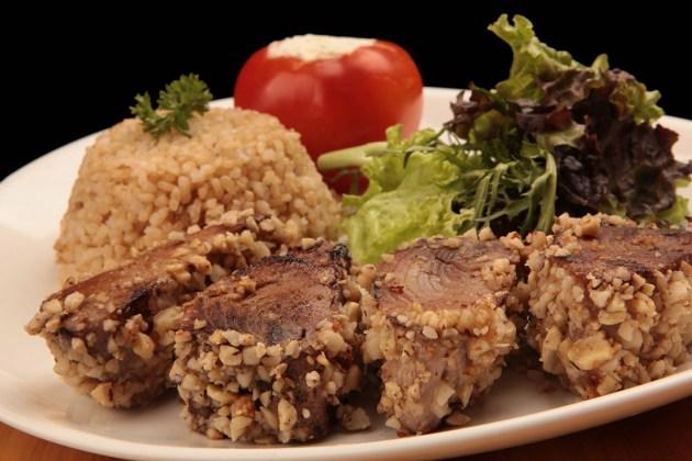Gávea Garden Bistrê - Atum na Crosta de Castanhas, com tomate recheado de ricota com ervas e arroz integral (foto: Berg Silva)