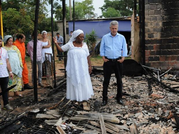 Governador do DF, Rodrigo Rollemberg, e Mãe Baiana entre ruínas de terreiro de candomblé incendiado no Paranoá em novembro (Foto: Toninho Tavares/GDF)