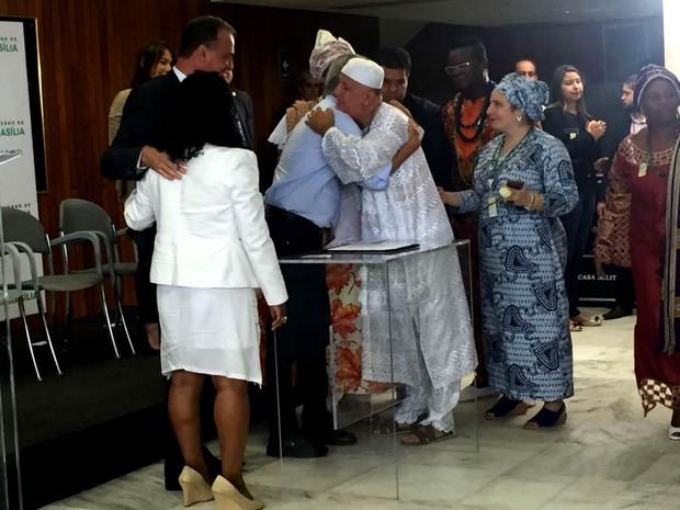 Lideranças religiosas do Distrito Federal cumprimentam o governador Rodrigo Rollemberg, após criação de delegacia de combate à intolerância (Foto: Jéssica Nascimento/G1)