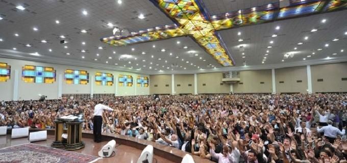 DIVULGAÇÃO/IURD Culto da Universal na avenida João Dias, onde se pede dinheiro para comprar ingressos