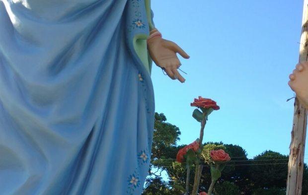 Uma das mãos da nova santa amanheceu quebrada (Foto: Padre Gilnei Fronza)
