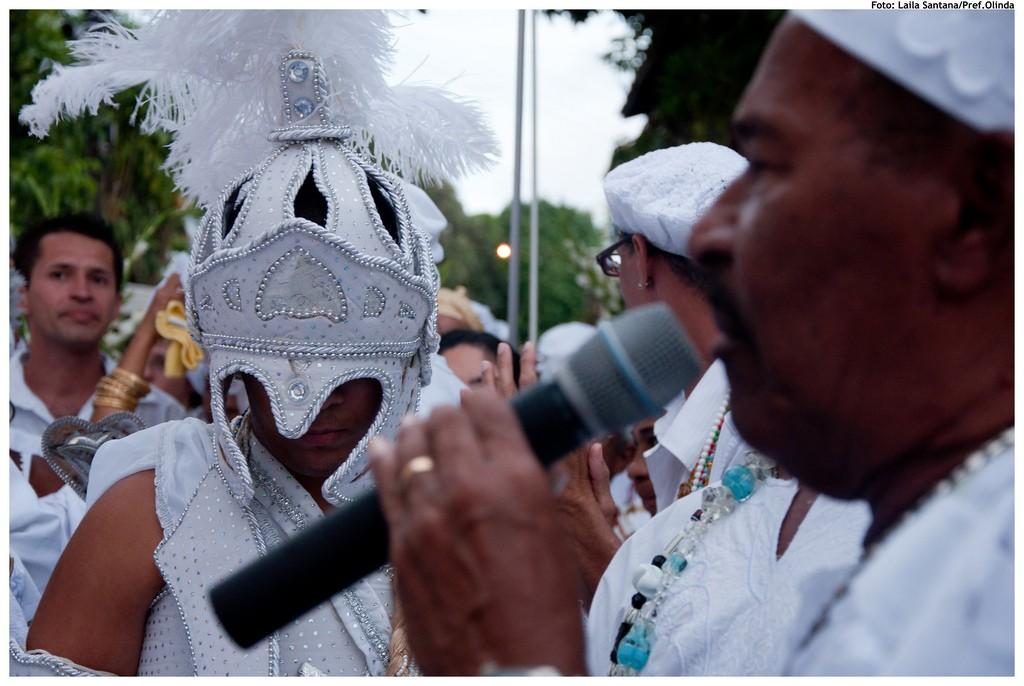 Devoto com as vestimentas de Oxalá, participa da celebração da lavagem histórica das escadarias da Igreja do Nosso Senhor do Bonfim. Foto: Laila Santana/Pref.Olinda