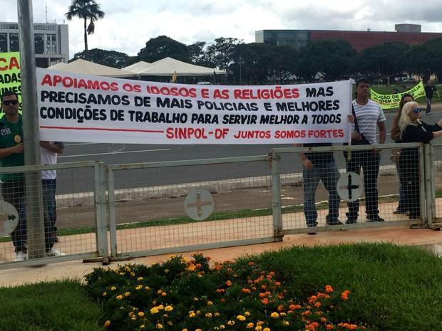 Policiais civis do DF protestam durante criação de delegacia de combate à intolerância, em ato em frente ao Palácio do Buriti (Foto: Jéssica Nascimento/G1)