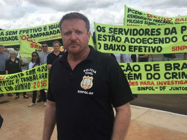 Presidente do Sindicato dos Policiais Civis do DF, Rodrigo Franco, durante ato em frente ao Palácio do Buriti (Foto: Jéssica Nascimento/G1)
