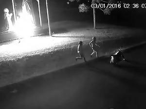Câmeras flagraram ação de dupla contra imagem de santa (Foto: Reprodução/RBS TV)