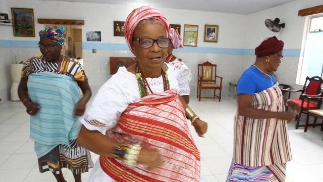 Mãe Regina Lúcia de Yemonjá é a iyalorixá do terreiro Foto: Cléber Júnior / Extra