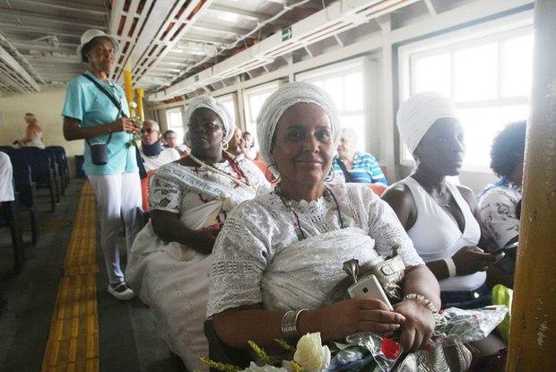 No Dia de Iyemanjá, devotos participaram de cerimônia com tradicional saudação aos orixás. Depois, partiram em uma embarcação até Niterói para entregar as oferendas Foto:Foto: Severino Silva/Agência O Dia