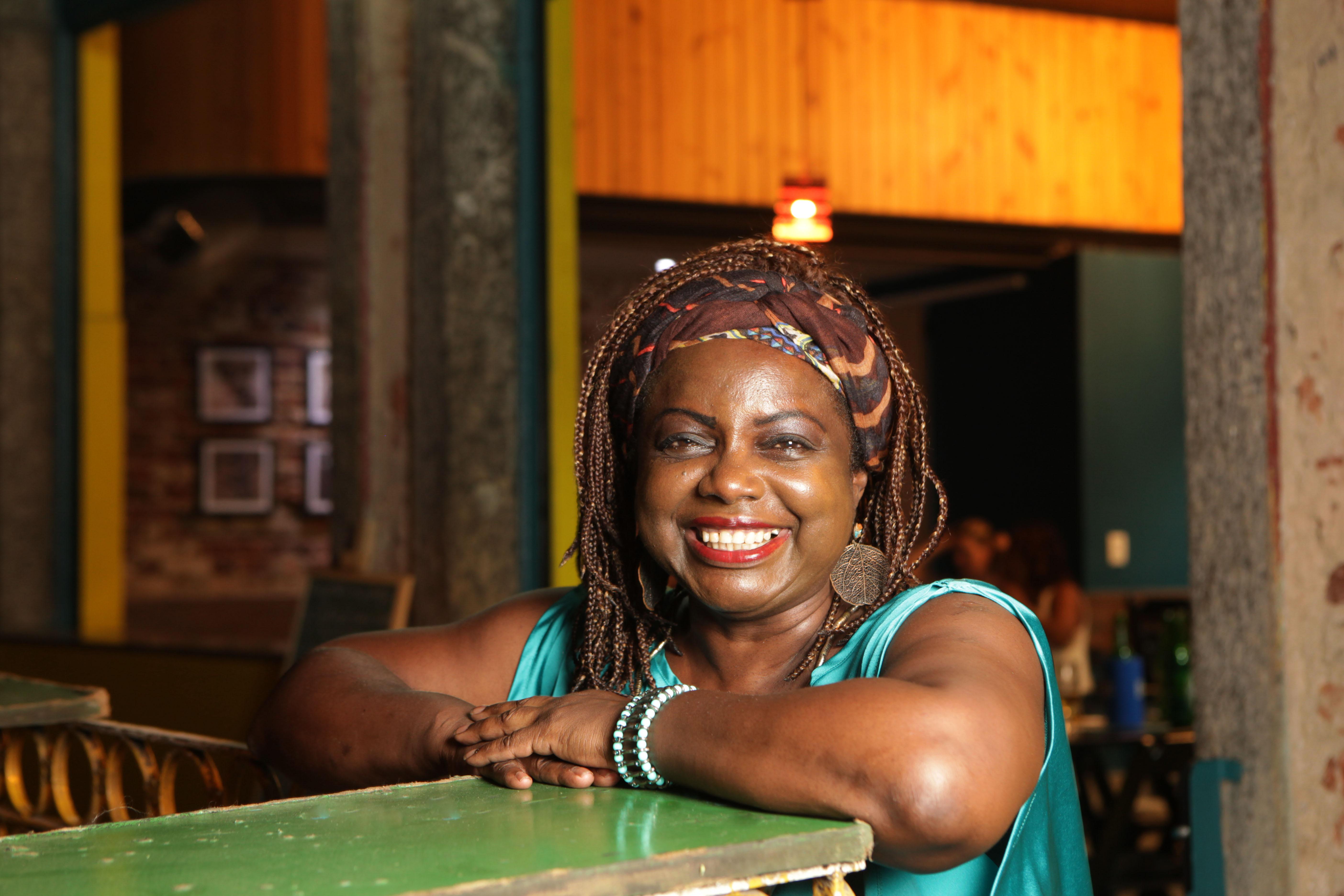 Praça da Bandeira vira pólo gastronômico e restaurante é point da cultura afro