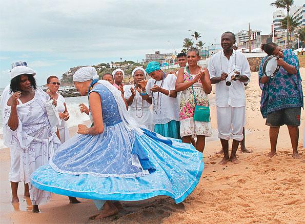 Pais, mães e filhos de santo, adeptos da umbanda e do candomblé, praticam rituais e lançam oferendas à Rainha do Mar em agradecimento(Foto: Evandro Veiga/CORREIO)