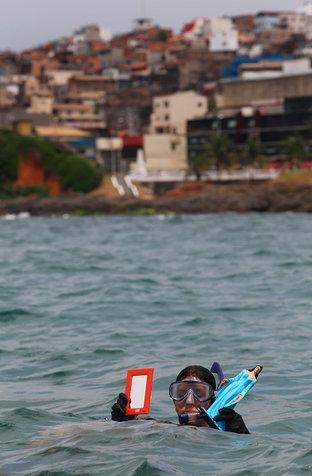 Espelho e imagem de Iemanjá que estavam no fundo do mar (Foto: Marina Silva/CORREIO)