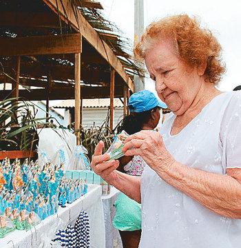 Edna Maria, 87 anos, antecipou as homenagens (Foto: Evandro Veiga/CORREIO)