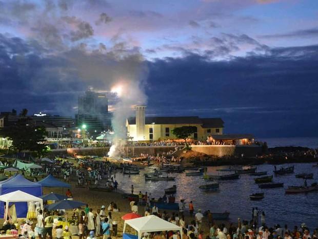 Festejos que celebram a Rainha do Mar começam cedo no bairro do Rio Vermelho, em Salvador (Foto: Jefferson Peixoto /Ag Haack)