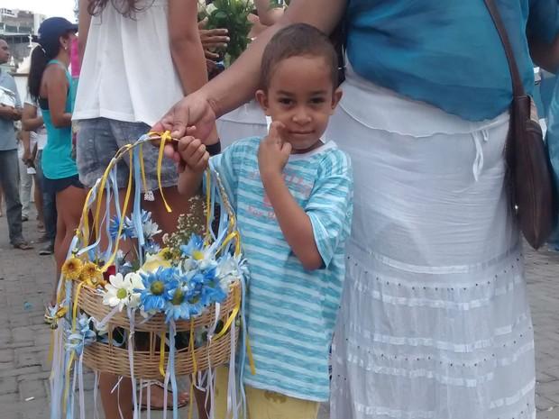 Eduardo Lima, de 5 anos, participou da festa e presenteou Iemanjá pela primeira vez (Foto: Rafael Teles / G1)