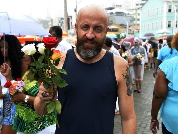Fabrício Carpinejar na festa de Iyemanjá, em Salvador (Foto: Sérgio Pedreira/ Ag. Haack)