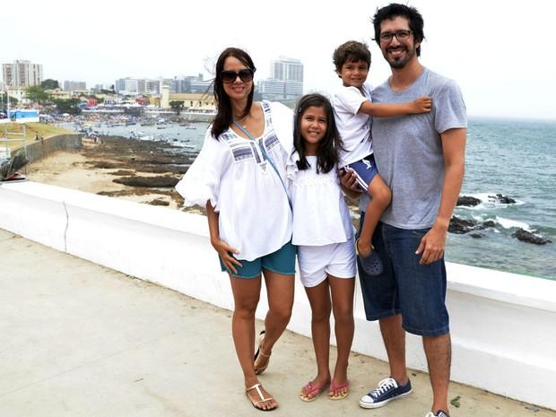 Silvane Ribeiro com os filhos de nove e o marido na festa de Iyemanjá, no bairro do Rio Vermelho, em Salvador (Foto: Sérgio Pedreira/ Ag. Haack )