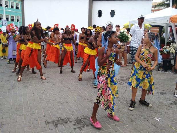 Grupo cultural em apresentação durante a festa de Iyemanjá no bairro do Rio Vermelho, em Salvador (Foto: Maiana Belo/G1 Bahia)