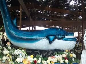 Baleia toda produzida com material biodegradável será levada ao mar por pescadores às 16h30 desta terça-feira (2) (Foto: Rafael Teles / G1 )