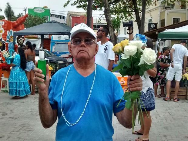 O pernambucano aposentado, José Joaquim, pediu ajuda para escolher as oferendas em sua primeira participação na festa (Foto: Rafael Teles / G1)
